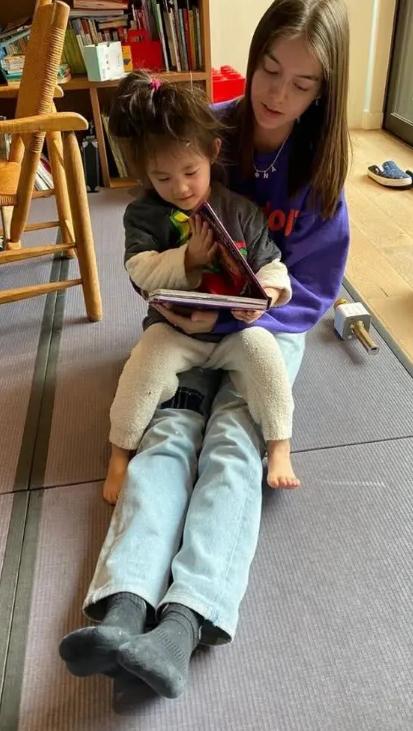 陈冠希女儿光脚丫看书超认真 发型凌乱有个性